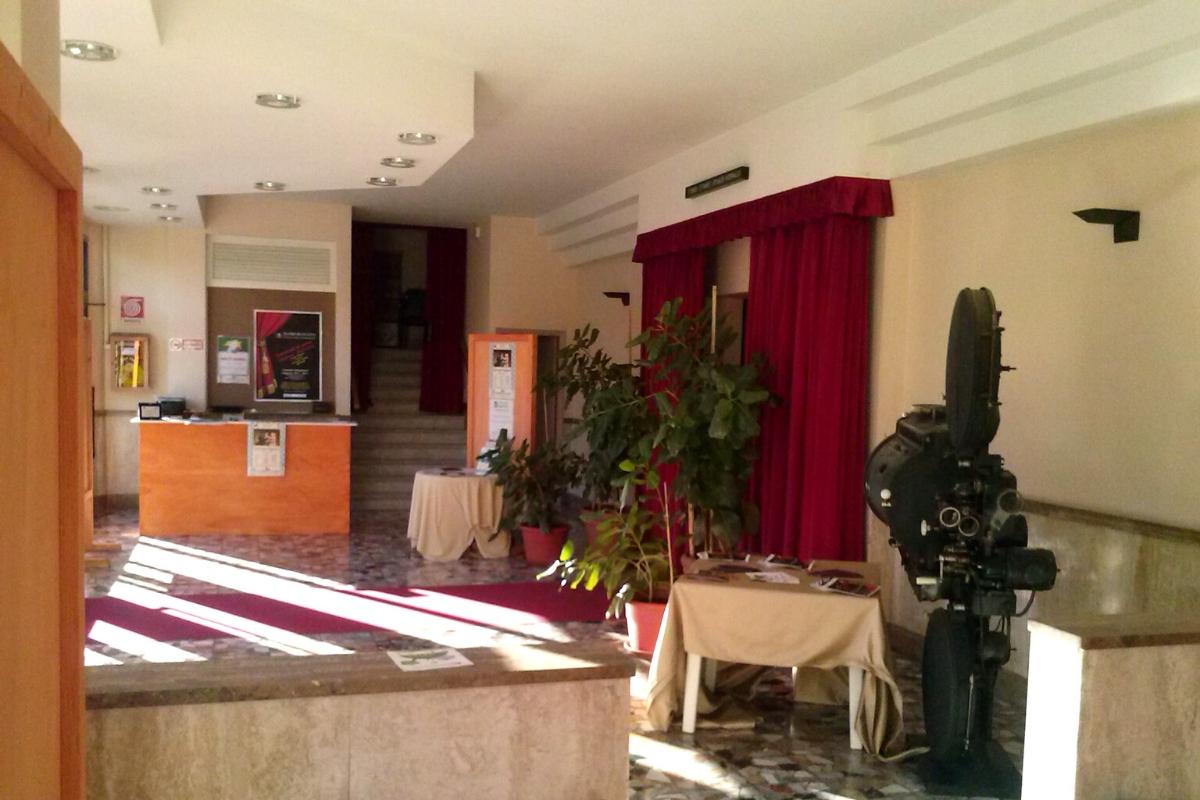 Foyer del Teatro di Cicagna con angolo bar